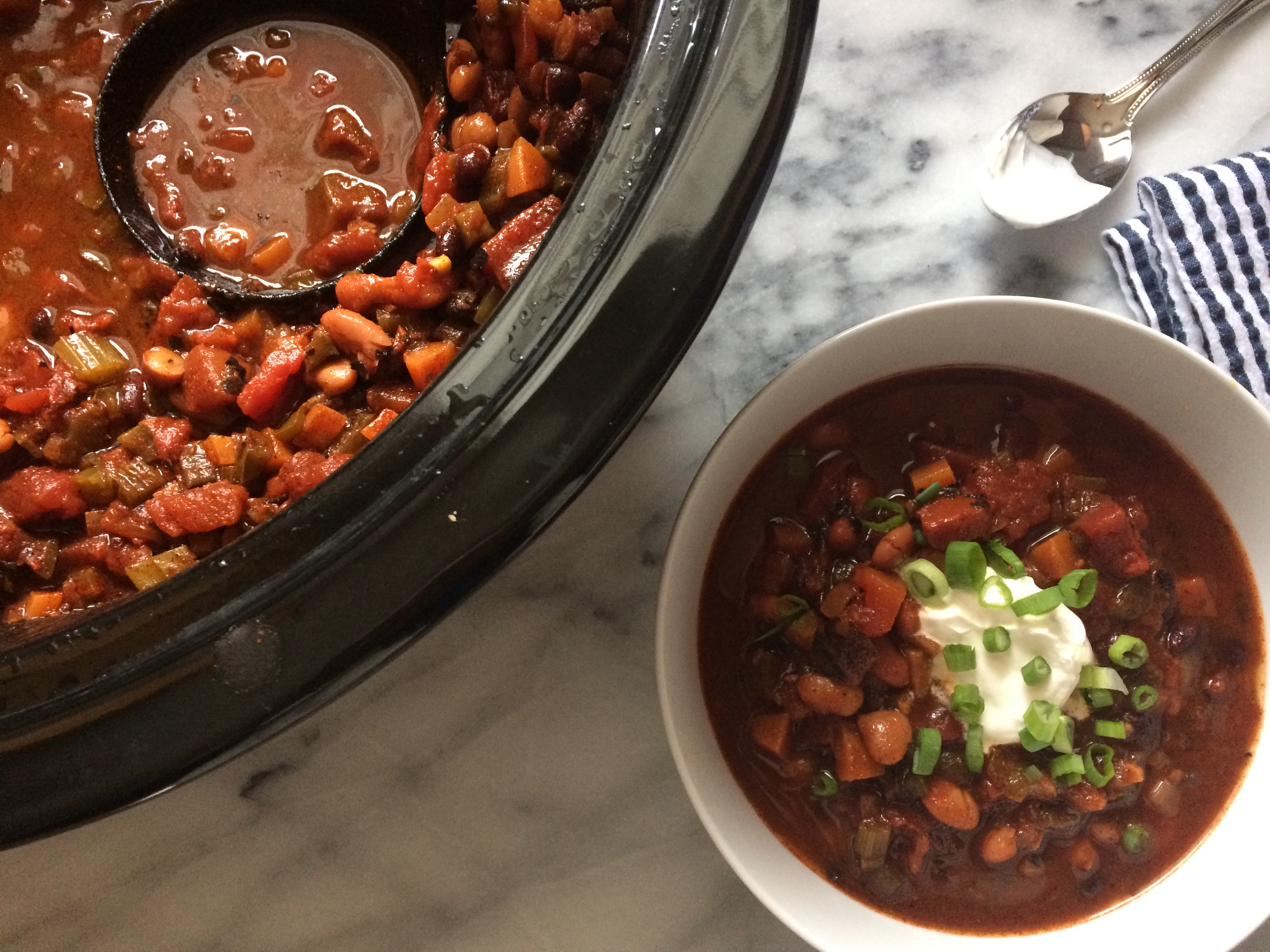 Vegetarian chili with sour cream and green onions